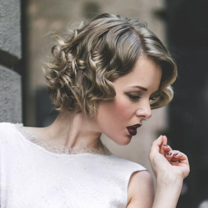 cheveux-mi-long-boucles-frises-ses-cheveux-court