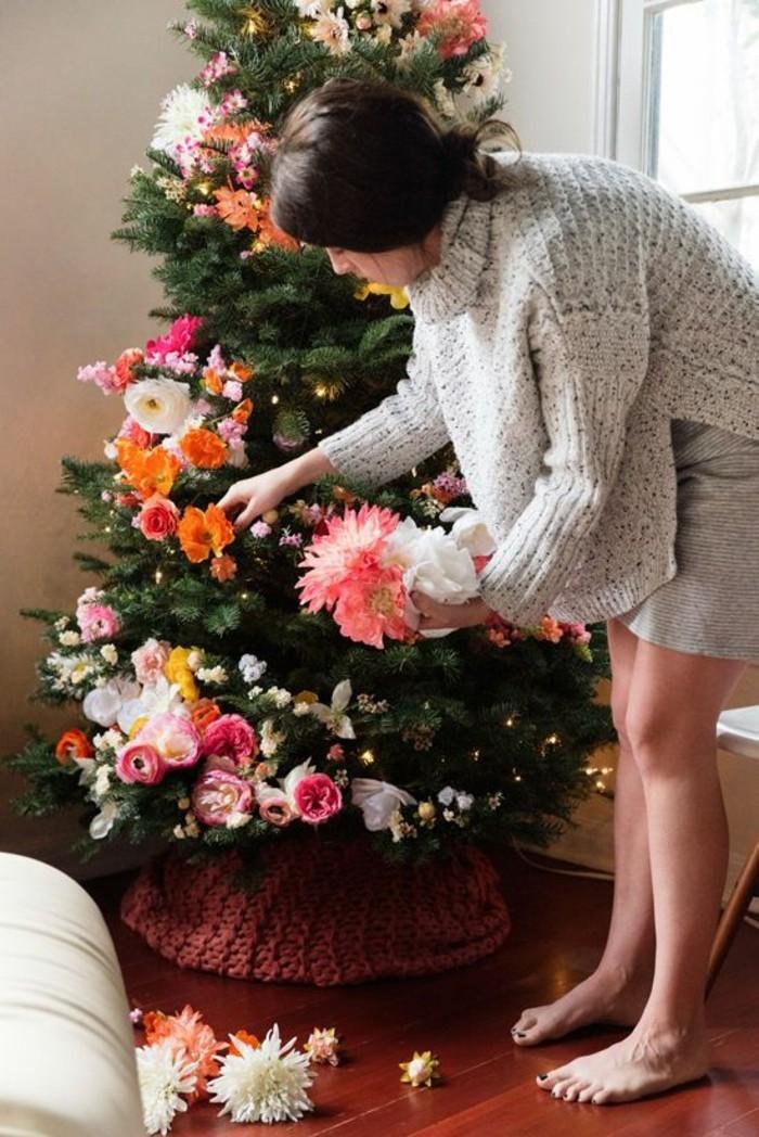 chouette-idee-avec-fleurs-sapin-original-en-rouge-et-vert-decoration-sapin-de-noel