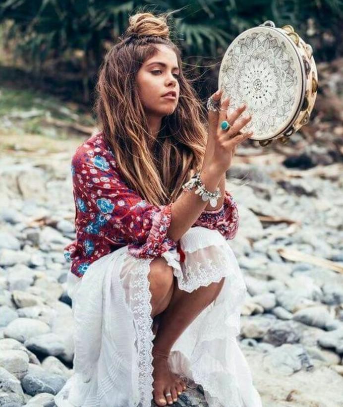 Coiffure hippie femme cheveux court