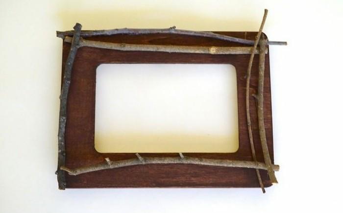 coller-les-brindilles-sur-le-cadre-pour-realiser-cette-idee-cadre-photo-soi-meme