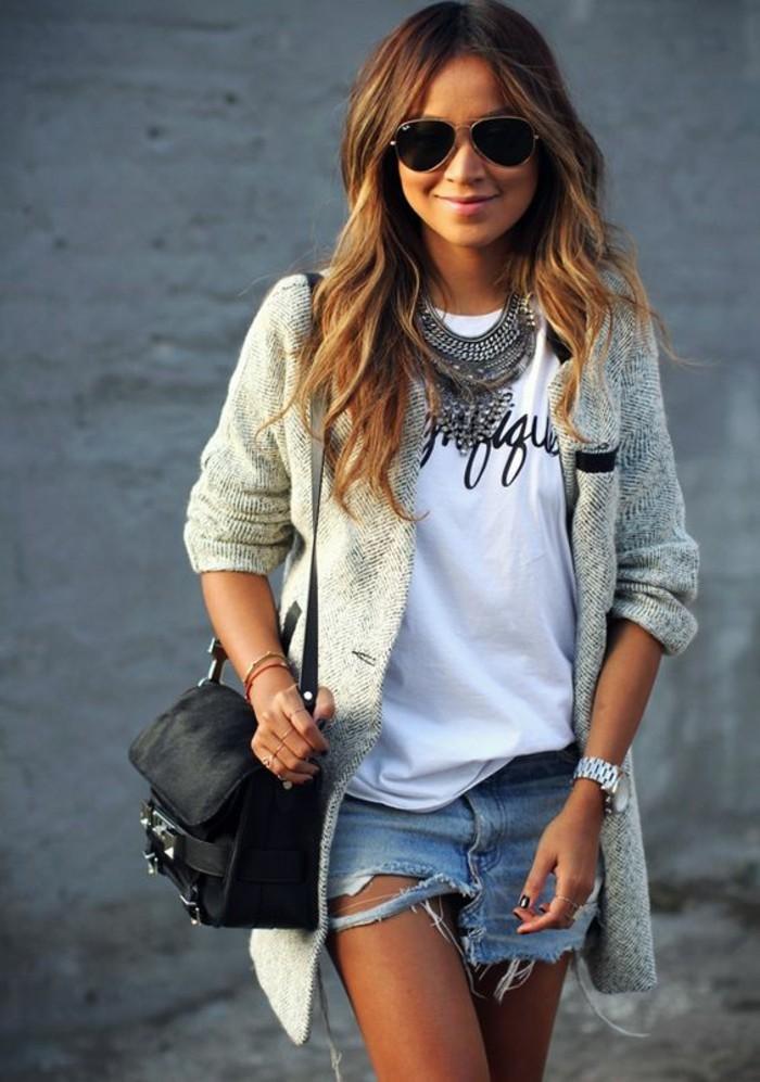 collier-imposant-mini-shorts-en-jean-t-shirt-imprime-manteau-gris-chine-femme