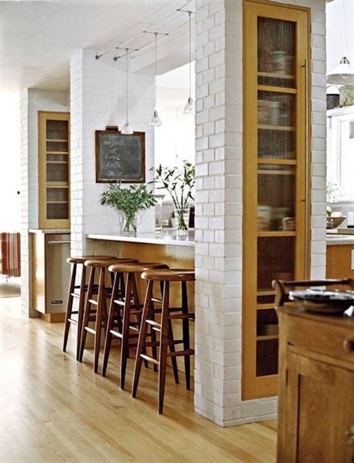 colonne-de-rangement-integree-incrustree-mur-etagere-salon-bois-cachee