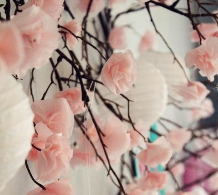 comment-faire-une-rose-en-papier-idee-charmante-et-tres-esthetique-une-deco-douce-feminine-pour-l-interieur