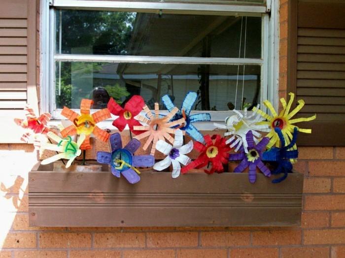 composition-de-fleurs-de-couleurs-diverses-fabriquees-a-partir-de-fonds-bouteille-plastique