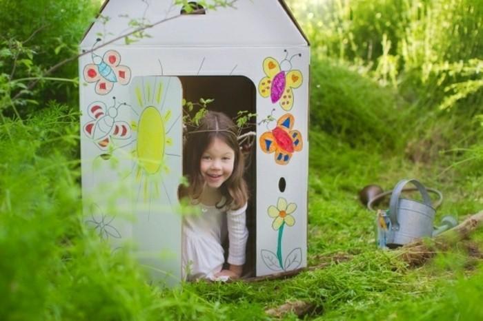 construire-une-cabane-en-carton-superbe-exemple-d-une-maisonnette-decore-par-un-enfant