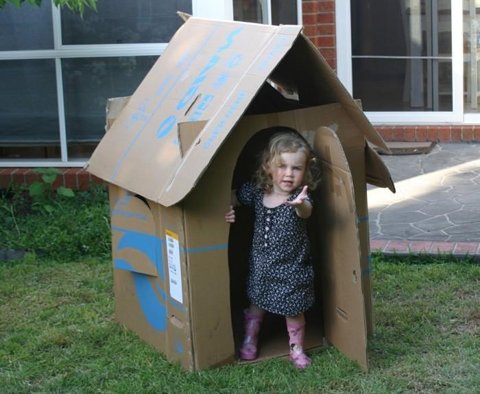 construire-une-cabane-enfant-en-carton-idee-diy-tres-simple-de-maisonnette-fabriquee-a-partir-de-carton-recup
