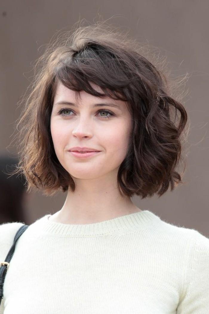 coupe-au-carre-carre-ondule-cheveux-mi-longs-couleur-chatain