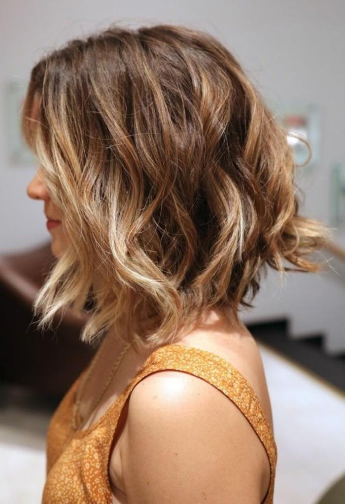 coupe-carre-plongeant-cheveux-blonds-mi-longs
