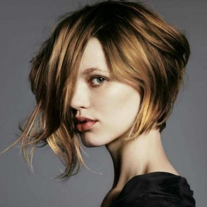 coupe-de-cheveux-femme-beau-carre-avec-meche-plus-longue
