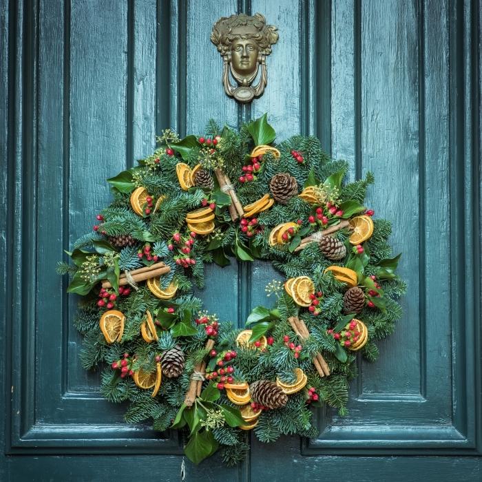 que faire avec des pommes de pin pour noel, diy couronne de Noël pour porte d'entrée, objet déco Noël avec fruits séchées et pommes de pin