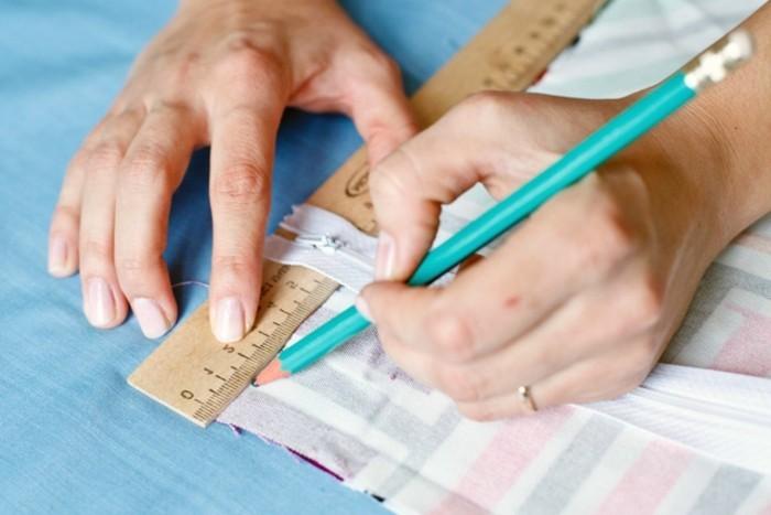 coussin-colore-dessiner-les-contures-en-crayon-et-regle
