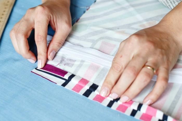 coussin-colore-faire-un-ourlet-tissu-raye-regle-fermeture-eclair