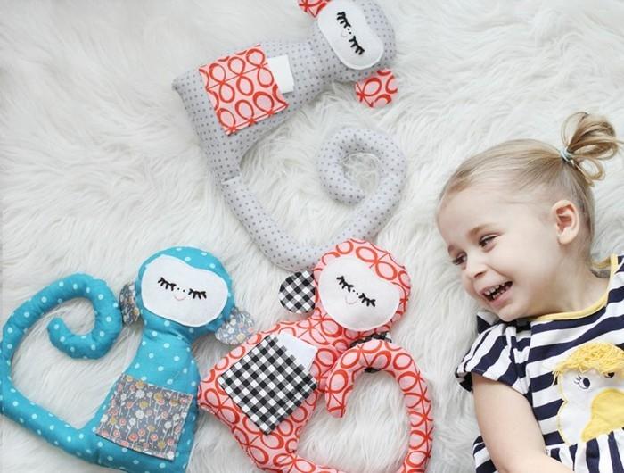 coussin-colore-fille-heureuse-singes-decoratifs-en-bleu-gris-et-orange