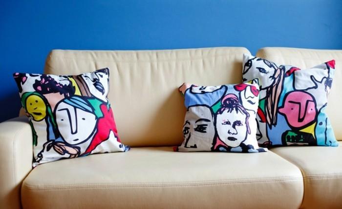 coussin-colore-le-resultat-final-tissu-en-peintures-visages-multicolore