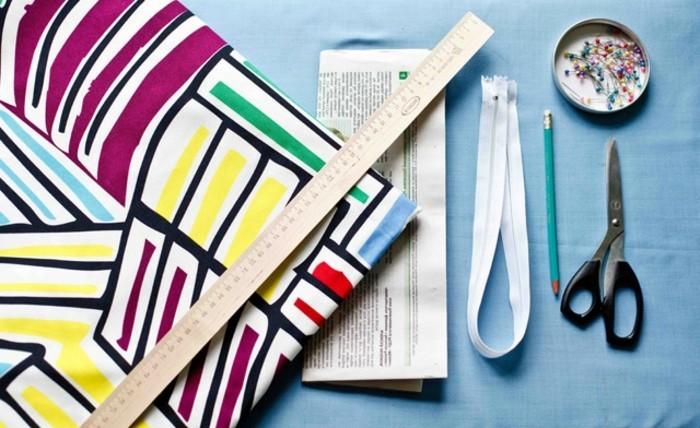 coussin-colore-materiaux-necessaires-ciseaux-tissu-regle-crayon-punaise-en-plastique