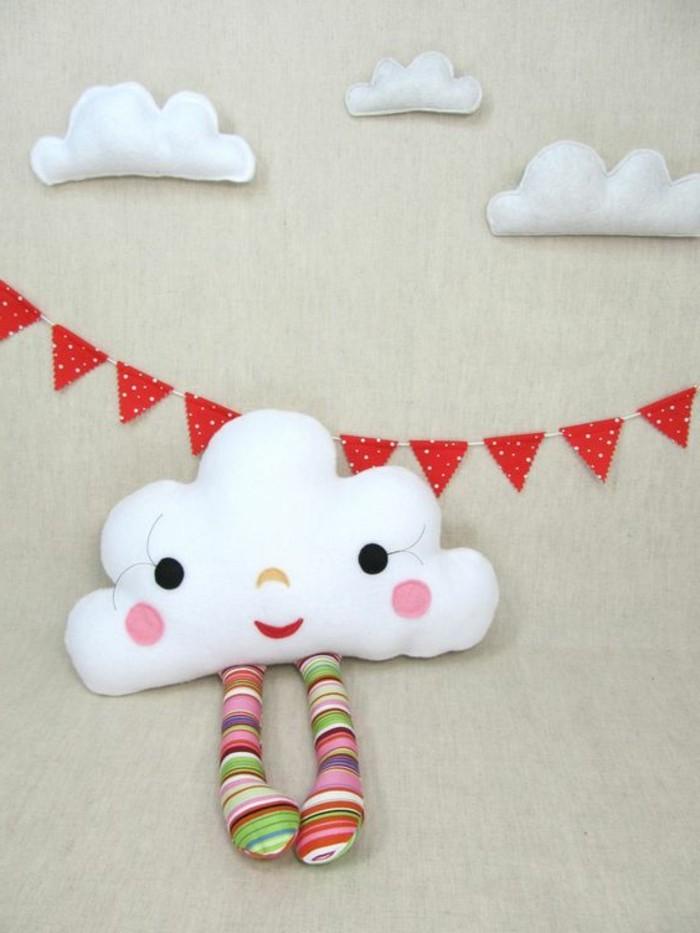 coussin-nuage-chambre-bebe-pieds-multicolore-guirlandes-en-drapeaux-rouges