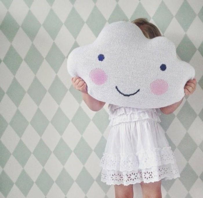 coussin-nuage-fille-gaie-et-heureuse-nuage-souriant-robe-blanche