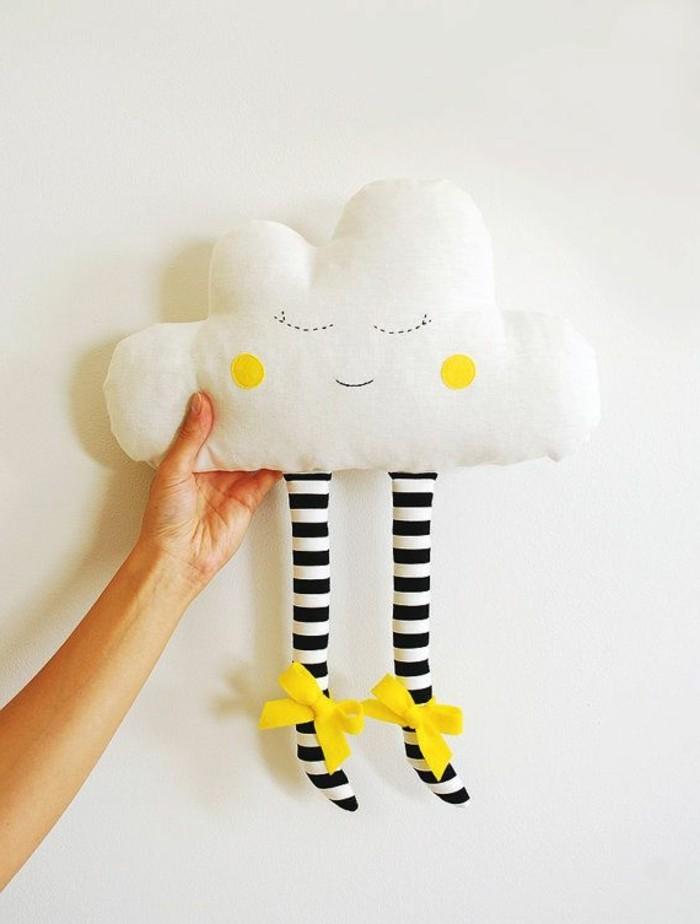 coussin-nuage-pour-faire-de-beaux-reves-pieds-rayes-ruban-jaune