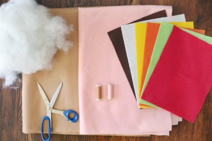 coussins-originaux-materiaux-necessaires-pour-en-fabriquer-coton-tissu-ciseaux