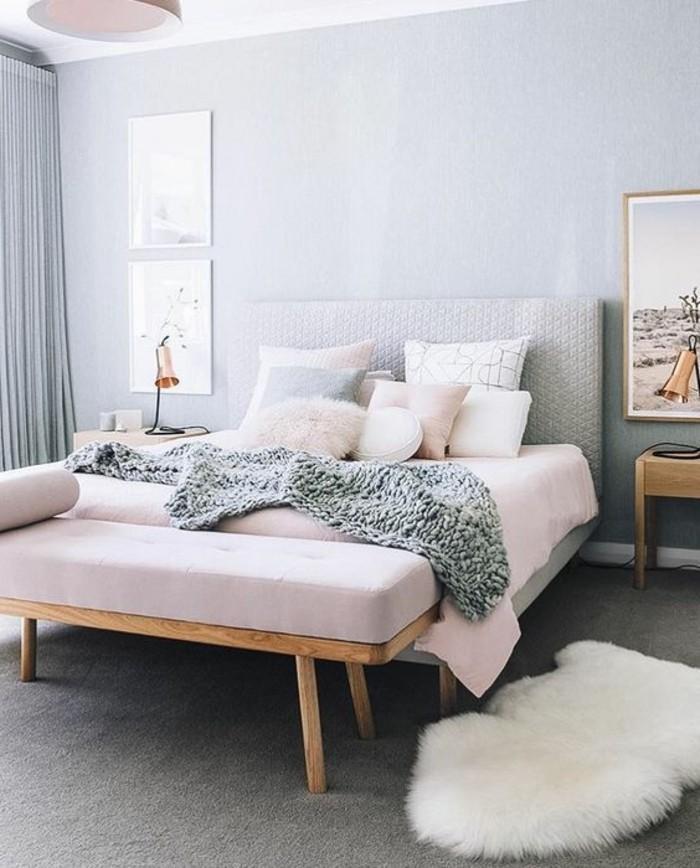 couverture-de-lit-rose-pastel-tapis-en-fourrure-blanc-rideuax-gris-long-decoration-chambre-a-coucher