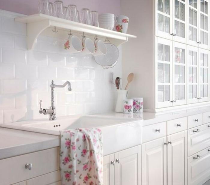 cuisine-shabby-chic-evier-meubles-en-bois-peints-en-blanc