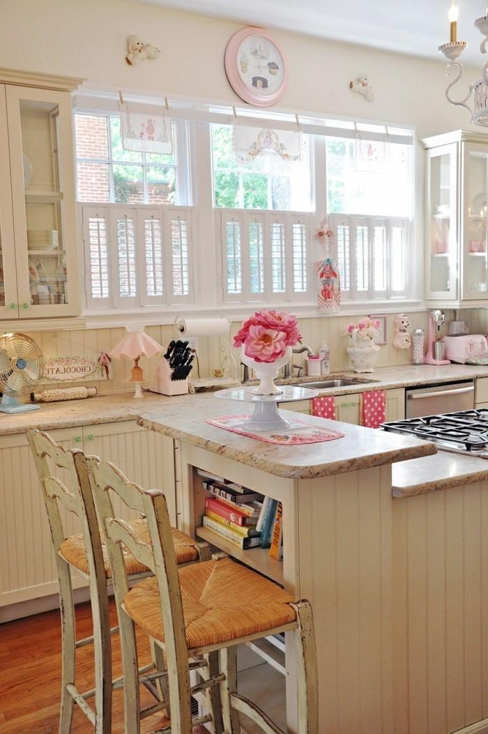 cuisine-shabby-chic-chaises-en-bois-ventilateur-livres-horloge-en-rose-rouleau-a-patisserie