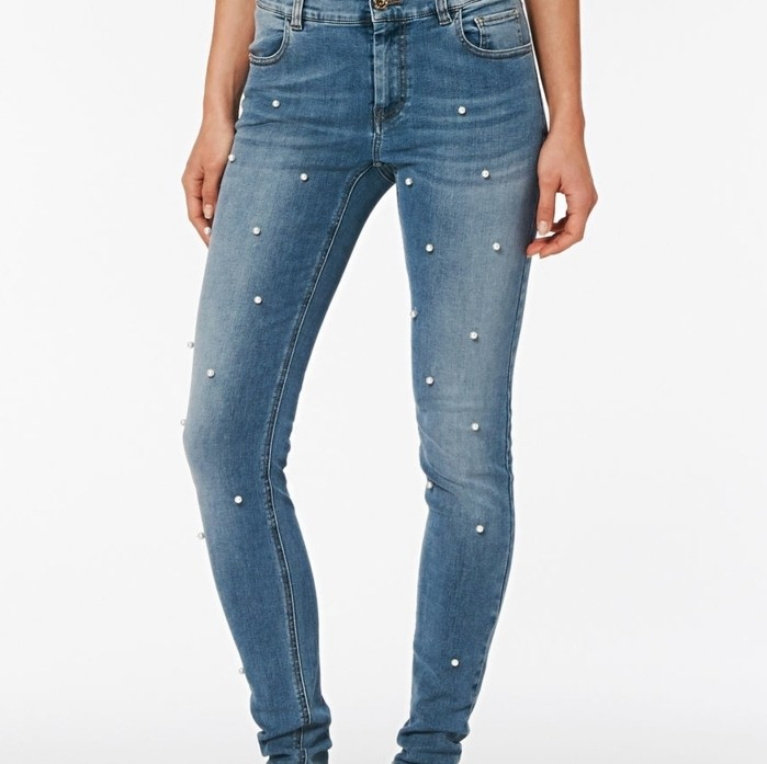 customiser-un-jean-elegance-simple-ajouter-quelques-perles-pour-une-douceur-et-magie