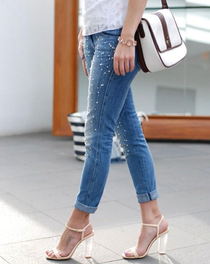 customiser-un-jean-decoration-en-perles-tailles-differentes-bracelet-chaussures-hautes-sac-a-main-blanc-et-bordeaux