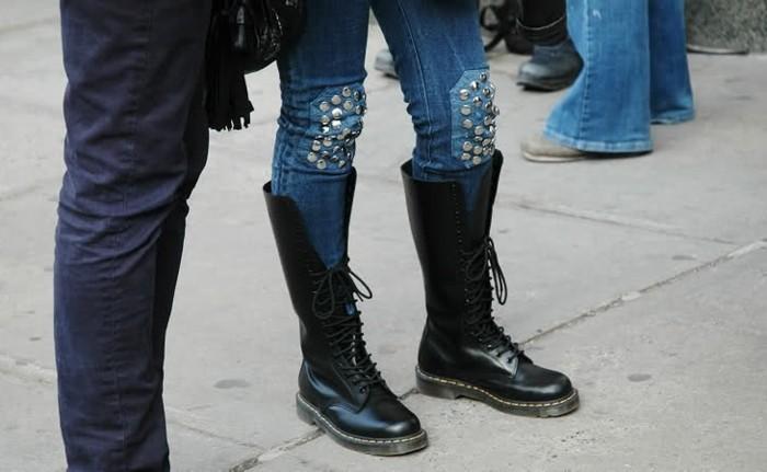 customiser-un-jean-faire-une-decoration-simple-sur-les-genoux-avec-des-studs-combiner-avec-des-bottes-noires