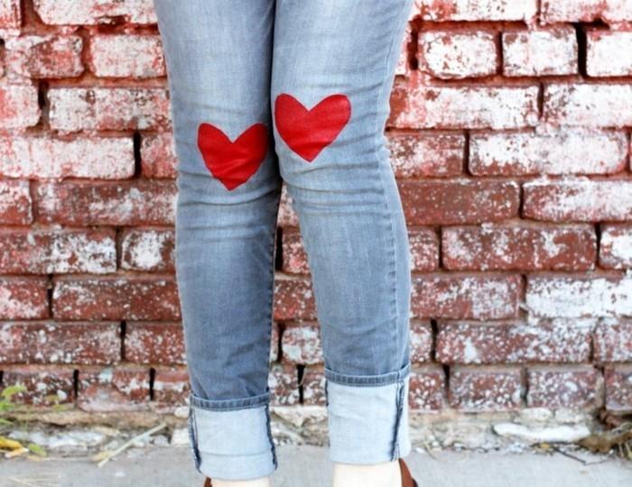 customiser-un-jean-manifester-votre-amour-en-ajoutant-des-coeurs-rouges-sur-votre-pantalon