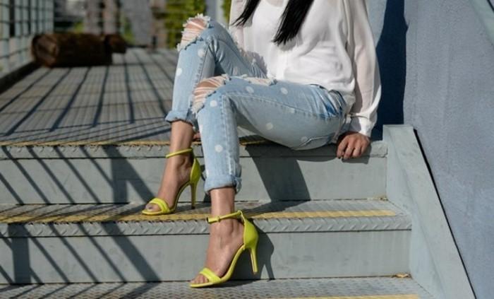 customiser-vetement-jeans-personnalises-dechires-en-points-blanc-chaussures-jaune-a-talon