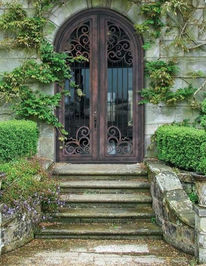 deco-fer-forge-escaliers-devant-lentree-broussailles-automne-maison-ancienne