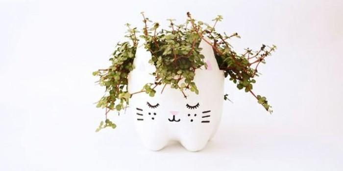 deco-recup-que-faire-avec-des-bouteilles-en-plastique-un-pot-de-fleur-decore-representant-un-chat