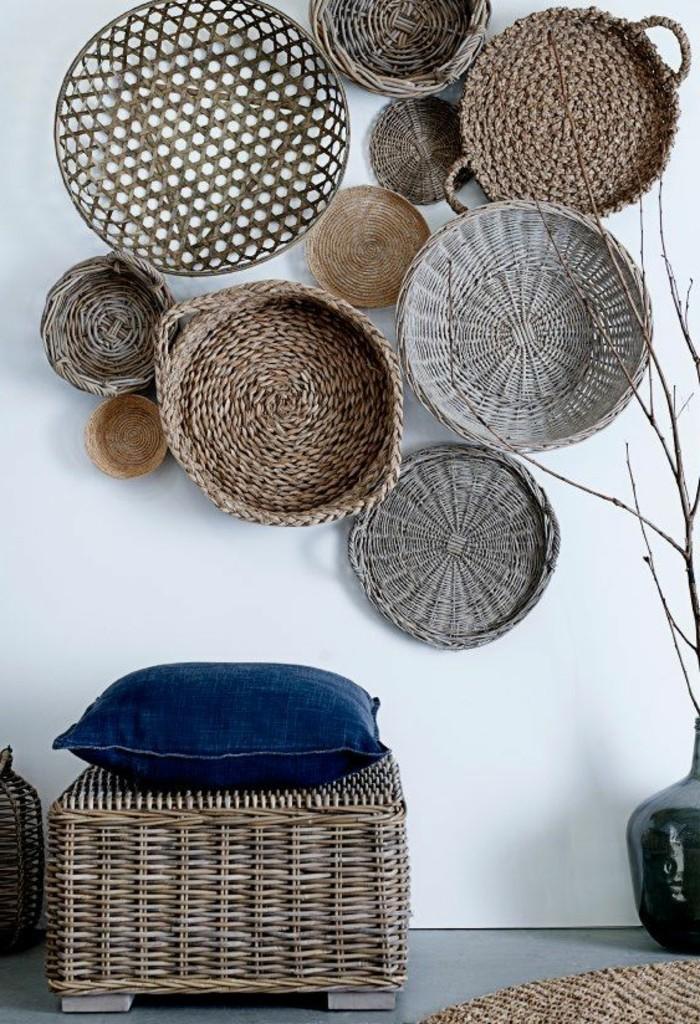 decoration-exotique-tabouret-en-pailles-paniers-vase-noir