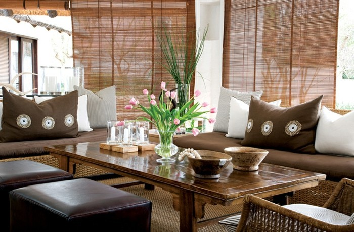 decoration-exotique-tabourets-en-cuir-coussins-stores-en-paille-table