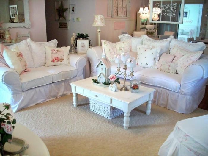 decoration-shabby-chic-eglise-decorative-table-en-bois-tapis-coussins-vintage