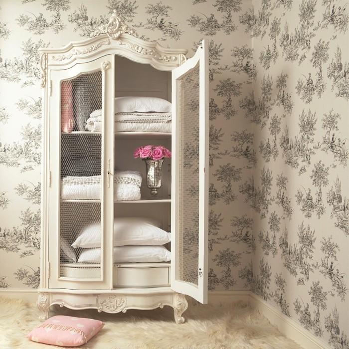 decoration-shabby-chic-armoire-coussins-oreillers-vase-a-fleurs