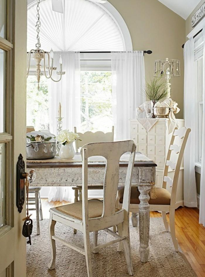 decoration-shabby-chic-chaises-et-table-en-bois-tapis-parquet-en-bois-lustre