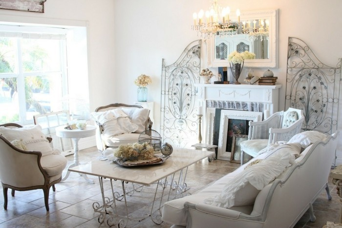 decoration-shabby-chic-cheminee-decorative-canape-blanc-fauteils-lustre-a-bougies