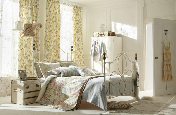 decoration-shabby-chic-cintres-garde-robe-coffre-transforme-en-table-de-chevet