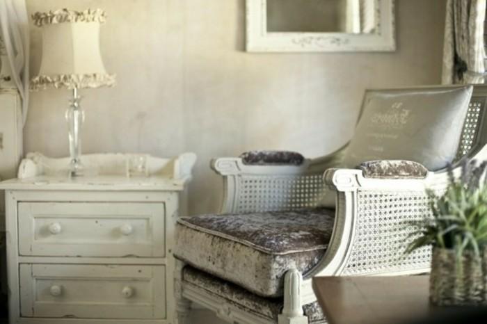 decoration-shabby-chic-lampe-de-chevet-miroir-chaise-a-repos