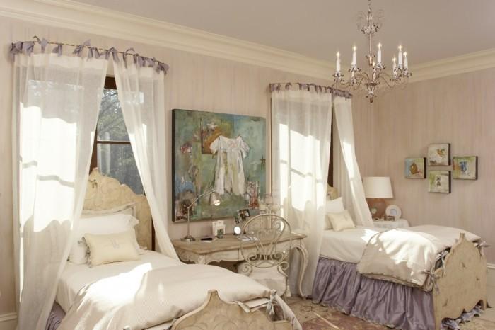 decoration-shabby-chic-lits-a-baldaquin-lustre-a-bougies-peintures-lampe-de-chevet