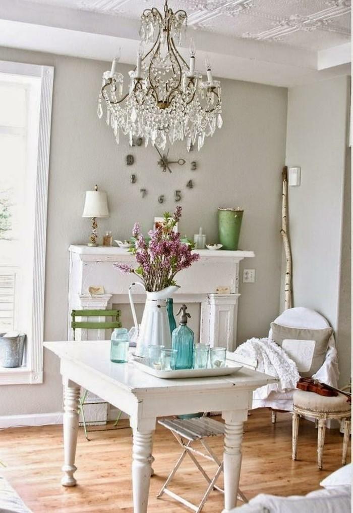 decoration-shabby-chic-lustre-en-cristaux-parquet-en-bois