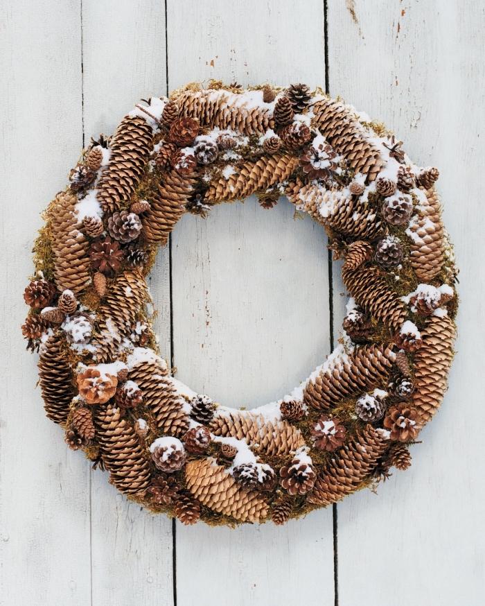 exemple de couronne de noel fait main, fabriquer une décoration de noel facile avec pommes de pin, bricolage noel facile