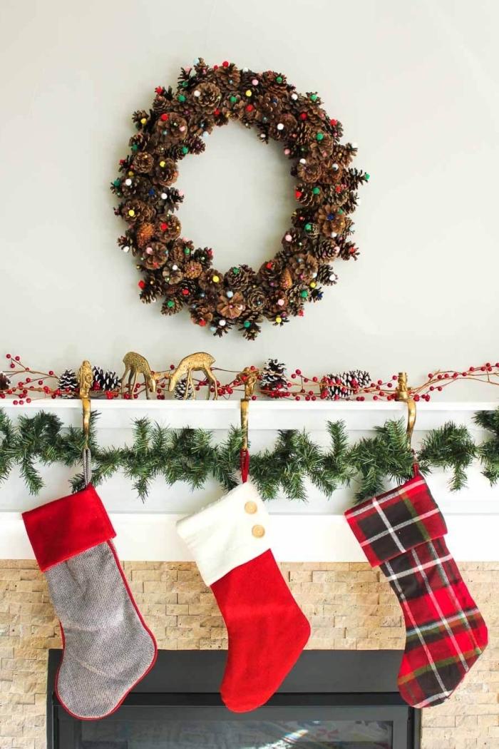comment fabriquer une couronne de Noël en pommes de pin, idée bricolage noel facile, diy couronne de Noël