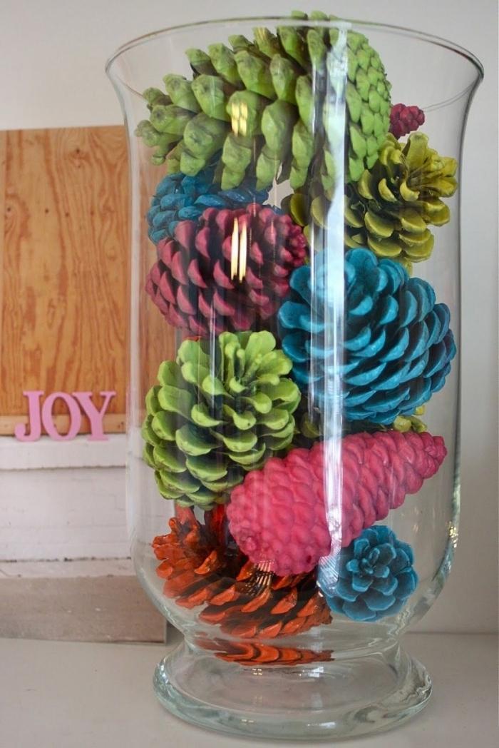 que peut on faire avec des pommes de pin, diy objet de déco facile avec pommes de pin colorées et vase en verre