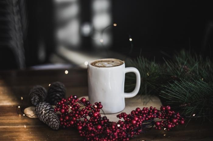 idée que faire avec des pommes de pin pour noel, décoration de noel avec tasse de café et pommes de pin séchées