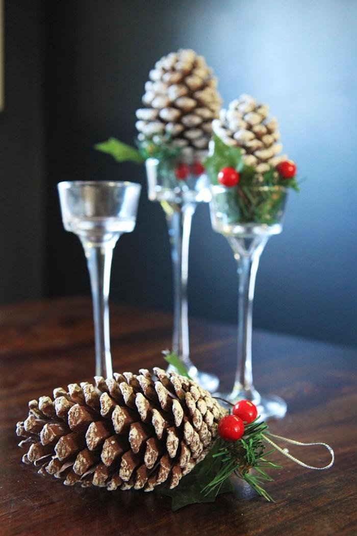 comment décorer une table de Noel avec objets diy, idée déco de Noël fait maison et à petit budget, déco avec pommes de pin