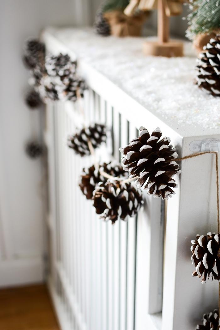 fabrication guirlande de Noël facile avec pommes de pin enneigées, idée que peut on faire avec des pommes de pin