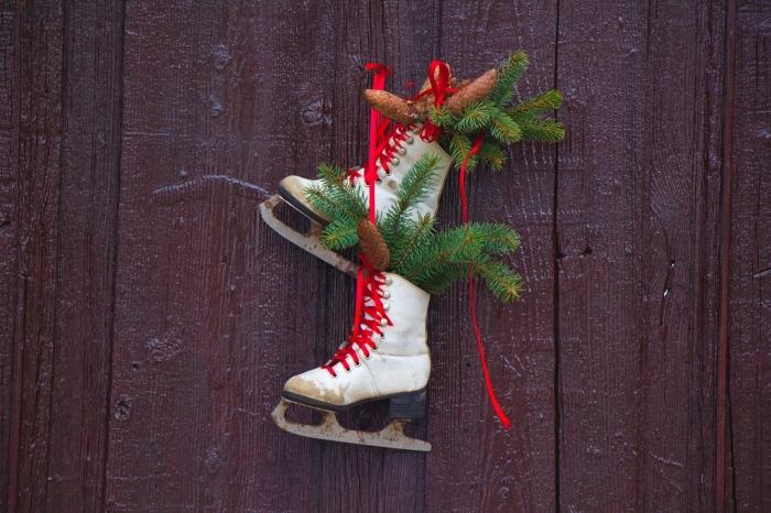comment décorer une porte pour Noël, idée bricolage noel facile, suspension Noel avec paire de patines et pommes de pin
